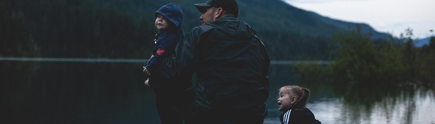 Starker Vater am See mit Kindern