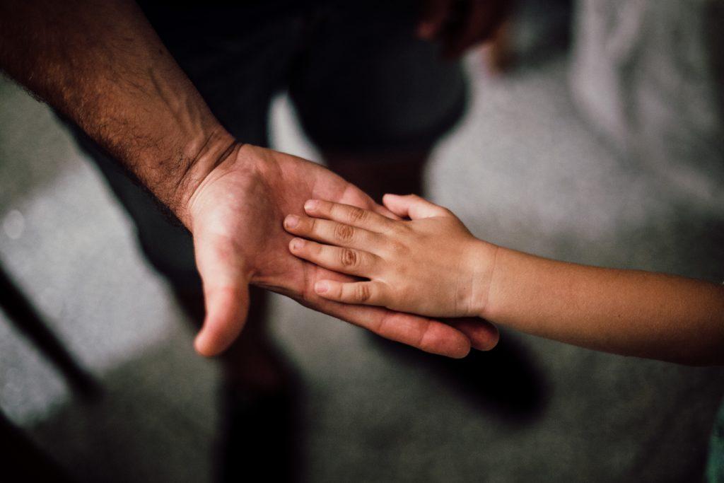 Hand in Hand - Vater und Kind